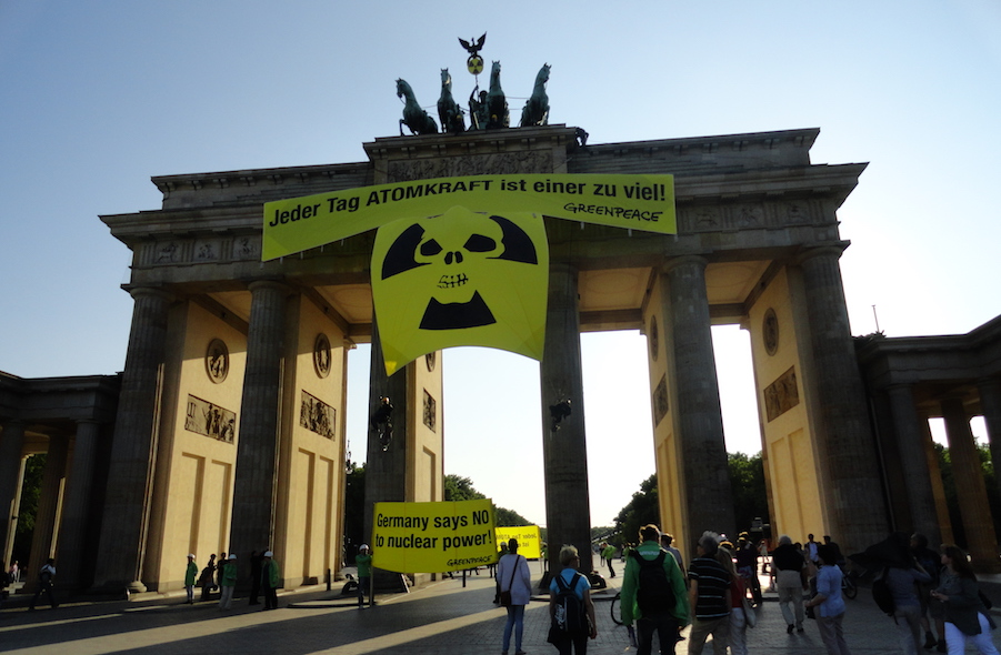 Greenpeace_at_Brandenburg_Gate,_2011